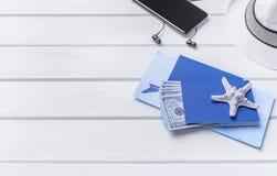 Passaporte e dinheiro e bilhetes para o resto Imagens de Stock