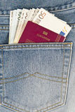 Passaporte e dinheiro no bolso Fotografia de Stock