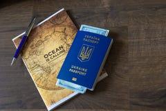 Passaporte e dinheiro para o verão do curso na tabela de madeira imagens de stock