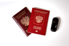 Passaporte e passaporte do carro do preto da Federação Russa e do brinquedo fotografia de stock royalty free