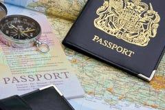 Passaporte e mapa britânicos imagem de stock