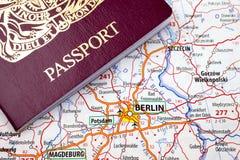 Passaporte e mapa de Berlim imagem de stock