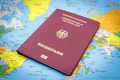 Passaporte e mapa do mundo alemães Foto de Stock Royalty Free