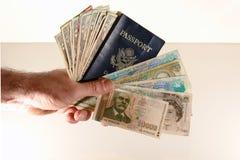 Passaporte e moeda da terra arrendada do homem Foto de Stock