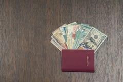 Passaporte estrangeiro com dinheiro de 3Sudeste Asiático e de nota de dólar do americano cem Moeda de Hong Kong, Indonésia, Malay Fotografia de Stock