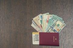 Passaporte estrangeiro com dinheiro de 3Sudeste Asiático e de nota de dólar do americano cem Moeda de Hong Kong, Indonésia, Malay Imagem de Stock Royalty Free