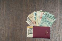 Passaporte estrangeiro com dinheiro de 3Sudeste Asiático e de nota de dólar do americano cem Moeda de Hong Kong, Indonésia, Malay Foto de Stock