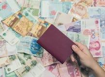 Passaporte estrangeiro com dinheiro de 3Sudeste Asiático e de nota de dólar do americano cem Moeda de Hong Kong, Indonésia, Malay Imagem de Stock