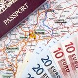 Passaporte, euro e mapa de Berlim foto de stock