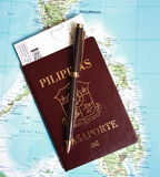 Passaporte filipino no fundo do mapa de Filipinas Fotografia de Stock