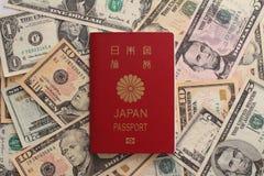 Passaporte japonês e dólar americano foto de stock