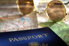 Passaporte, mapa e óculos de sol Fotos de Stock