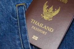 Passaporte nas calças de brim fotos de stock