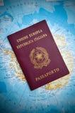 Passaporte no mapa Imagens de Stock