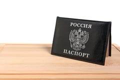 Passaporte Rússia em uma placa de corte Foto de Stock Royalty Free