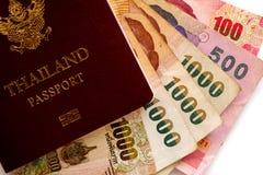 Passaporte tailandês com cédulas, dinheiro tailandês da moeda no backg branco fotografia de stock royalty free