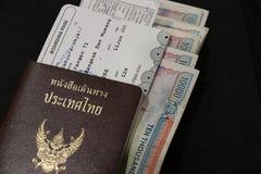 Passaporte tailandês com passagem de embarque e dinheiro do kyat de Myanmar no assoalho preto Fotos de Stock Royalty Free