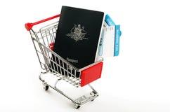 Passaportes australianos e duas passagens de embarque Imagens de Stock