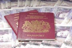 Passaportes BRITÂNICOS no fundo do dinheiro Foto de Stock