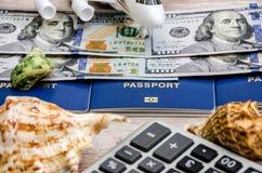 Passaportes, dólares e um avião em um fundo de madeira foto de stock