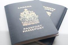 Passaportes de Canadá na tabela Fotografia de Stock Royalty Free