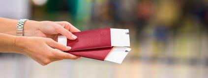 Passaportes do close up e passagem de embarque no aeroporto Fotografia de Stock Royalty Free