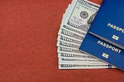 Passaportes e dólares no fundo marrom fotos de stock