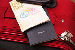 Passaportes na mala de viagem Fotos de Stock