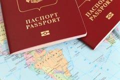 Passaportes no mapa Fotografia de Stock Royalty Free