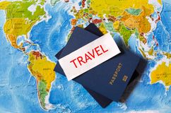 Passaportes no mapa dos EUA e da Europa Fotos de Stock