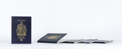 Passaportes novos e usados perto acima do panorama Imagem de Stock
