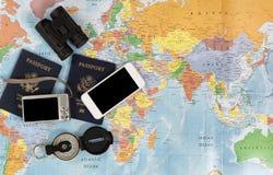 Passaporti degli Stati Uniti con altro oggetti di viaggio Fotografia Stock Libera da Diritti