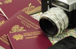 Passaporti dell'Ue su un programma con il tasto e la macchina fotografica Fotografia Stock