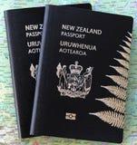 Passaporti della Nuova Zelanda su una mappa fotografia stock libera da diritti