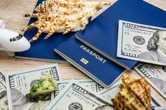 Passaporti, dollari e un aereo su un fondo di legno fotografia stock