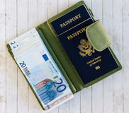 Passaporti, euro e portafoglio verde Fotografia Stock