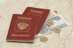 Passaporti russi e soldi egiziani Immagini Stock Libere da Diritti