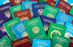 Passaporti stranieri differenti come fondo variopinto fotografie stock