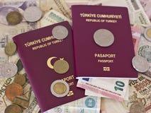 Passaporti stranieri e soldi dai paesi europei differenti fotografia stock libera da diritti