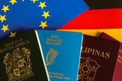 Passaporti sulla bandiera europea e tedesca Fotografia Stock