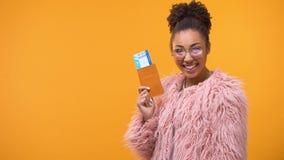 Passaporto afroamericano felice con i biglietti, giro di rappresentazione della donna di vacanza, a basso costo stock footage