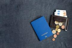 passaporto biometrico in bianco blu su fondo grigio con euro monay immagini stock