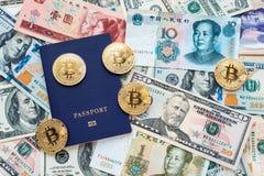 Passaporto blu sui precedenti, prova dell'identità Contro biglietto, i dollari americani, il CNY cinese di yuan, metallo conia Immagini Stock Libere da Diritti