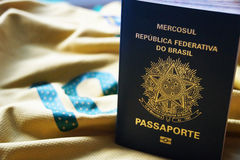 Passaporto brasiliano su fondo giallo Immagini Stock