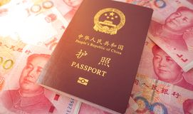Passaporto cinese con circa 100 note cinesi di yuan Fotografie Stock