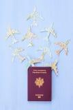 Passaporto con gli aerei di carta Fotografia Stock