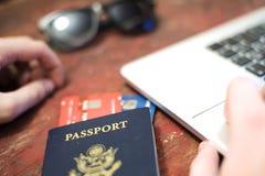 Passaporto con il concetto della carta di credito e del computer Immagine Stock