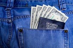 Passaporto con soldi nella casella Fotografia Stock