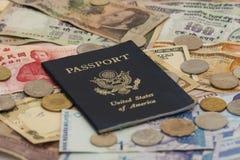 Passaporto con soldi stranieri fotografie stock libere da diritti