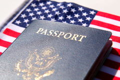 Passaporto degli Stati Uniti sopra una bandiera rossa, bianca e blu Fotografia Stock